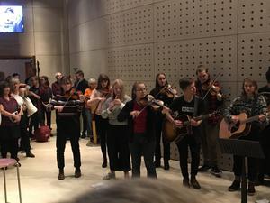 GUF, Gävleborgs Ungdoms Folkband, såg till att stämningen var på topp redan innan konserten startade.
