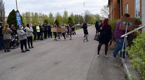 Nämndens ledamöter möttes av protesterande bybor innan beslutet om skolan skulle fattas.