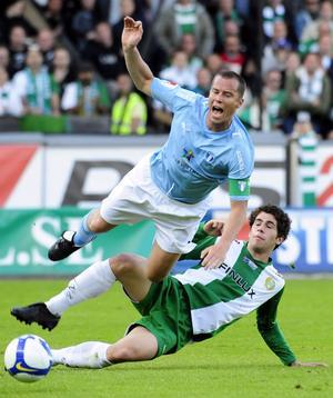 Carlos Moggia våren 2009. Tuff duell med Malmö FF:s Daniel Andersson på Söderstadion. Foto: TT