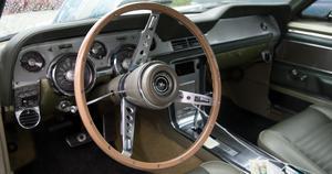 Välputsad och fin inredning i den här Ford Mustangen.