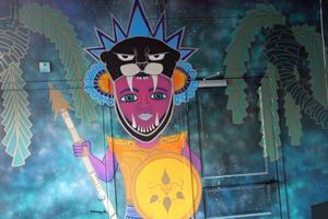 För att skapa en bra atmosfär har de låtit konstnärer skapa väggmålningar och tavlor i som går i mexikanska toner.