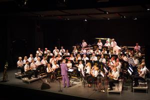 Till andra akten bytte orkesterdeltagarna om till deras samtida konsertklädsel.