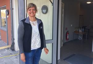 Johanna Kamppinen är samordnare för uthyrningen av lägenheter och var den som hälsade välkommen och delade ut nycklar till de nya hyresgästerna på måndagen.