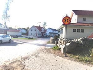 Här slutar asfalten. Gränsen mellan det prydliga  asfalterade villaområdet och grusvägarna är tvärt.
