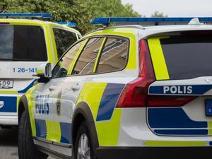 Polisen slog till med flera patruller.
