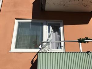 Polisen tog sig in via balkongen och porten samtidigt.