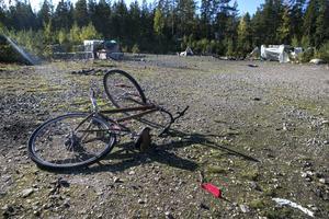 I lägret strax norr om Tönnebro ligger tre cyklar kvar bland tältplatserna.