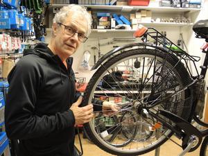 Cykelförsäljaren Lars Myrberg menar att trycket är hårt på verkstaden.