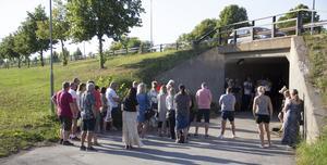 Det var många som hade tagit sig ner till tunneln under väg 66 för att minnas Nella Olander.