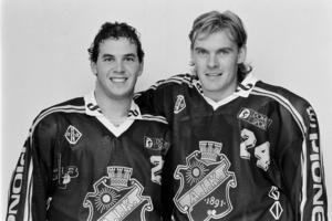 Robert Burakovsky och Heinz Ehlers i AIK-tröjan 1989. Den skånsk-danska duon var ett radarpar även i Leksand, och har god kontakt med varandra än i dag. Numera är Ehlers förbundskapten i Danmark, med Jens Nielsen som assisterande tränare. Foto: Bildbyrån