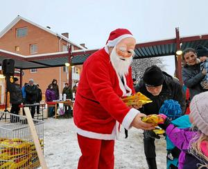 Tomten kommer alltid när det är julmarknad i Bollstabruk.Foto: Lars Sjödin.