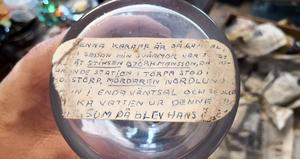 Denna karaff är så gammal, ända sedan min svärmor var jungfru åt stinsen Björkmansson, då nuvarande station stod i Skogstorp, mördaren Nordlund kom in i enda väntsal och skulle (dric)ka vatten ur denna karaff, som då blev hans ö(de?). Foto: Privat