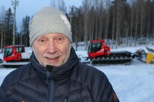 Roger Hedlund är chef för skidstadion i Östersund. Han vädjar nu till alla skidåkare att hålla disciplinen och att lämna spåret helt fritt från 22 till 07 morgonen efter.