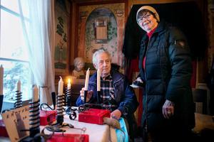 Med hemgjorda ljusstakar och egna råttfällor lockade Elis Goude köpare till sitt bord. Maj-Britt Sandberg tog chansen att köpa en julklapp.