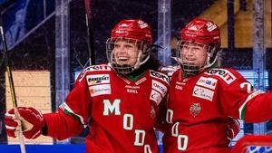 Maja Grundström jublar efter sitt 2–0-mål mot Leksand. Foto: Daniel Eriksson/Bildbyrån.