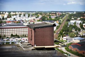 Pilgrimsfalkarnas bo högst upp i silon på Verksgatan i Östra hamnen.