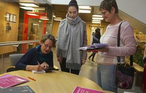 Många ville köpa Gudrun Schymans senaste bok och få en dedikation i den.