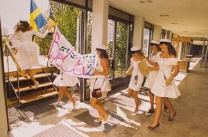 Första klassen ut 1992. Med betygen i hand rusar beklädnadsstudenterna ut till den väntande massan på skolgården. Foto: Lasse Dareberg