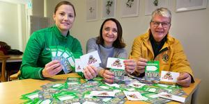 Emilia Jonsson, Zilha Fific, Lars Henriksson förbereder de över 100 presentkorten som ska delas ut inför julen.