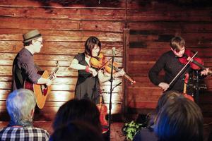 Folkmusikgruppen Sandén - Nygårds - Carr spelade i Stallet under söndagskvällen.