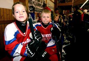 Sjuåriga hockeylirarna Maja Öster och Patrik Karlsson från Kumla gillar att spela match. Foto: Samuel Borg