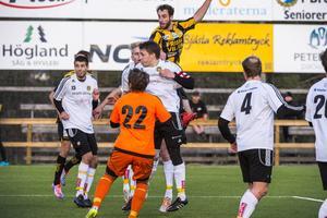 Här nickar mittbacken Ian Evans in segermålet för FV i första kvalmatchen mot Bodenlaget Heden.