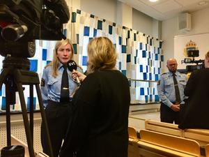 Carin Götblad får svaera på medias frågor under presskonferensen.