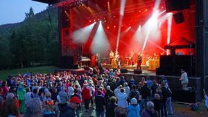 Publiken samlades runt scen vid slutet av kvällen.