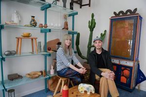 Lisa och Leo som tillsammans driver sajten och Instagramkontot Auktionstipset.Foto: Janerik Henriksson / TT