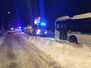 Räddningstjänsten är framme vid olyckan mellan bussen och bilen på Södra allén.