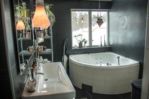 Det sobra badrummet med bubbelbadkar och separat dusch byggdes 2009.