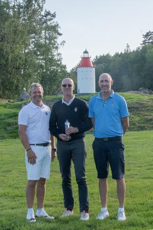 Clas Andersson, Tord Nilsson och Thomas Perheden spelade bäst i veterantävlingen på Nynäshamns GK. Foto: Privat