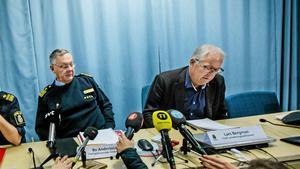 Lars Bergman är sektionschef på polisen i Örebro och han går nu ut och dementerar uppgifterna om att mordutredningen i Lena Wesström-fallet skulle ha misskötts. Till vänster om honom syns Bo Andersson, högste chef för polisområde Örebro.Arkivfoto