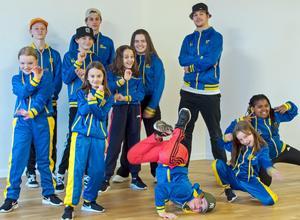 Elva av de tolv medlemmarna från M&M Dance Team.