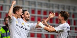 Jake Larsson firar tillsammans med Agon Mehmeti och Martin Broberg efter Larssons 4–1 mål. Foto: Mathilda Ahlberg/BILDBYRÅN
