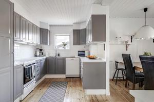 Kök från 2016 med matplats för 6–8 personer. Foto: Svensk Fastighetsförmedling Arboga