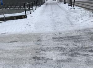 Kommunen skryter att de gick 15 miljoner plus för snöröjningen 2020, då borde det finnas medel att grusa hela gång- och cykelbanan västerut på Storgatan, skriver