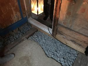 Under golvet används en ny isoleringsmetod med returglas i form av hårt skum.