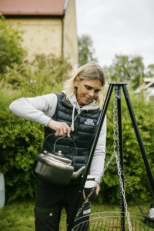 Det var inte skidor som gällde den här gången för Mia Karlsson utan nu var det kokkaffe över öppen eld  som gällde i Ramsele.