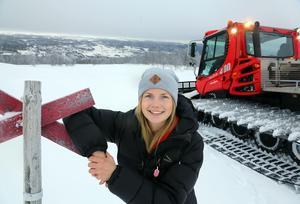 Här trivs Sofia Myhr, massvis med snö och byn Bruksvallarna i sikte.