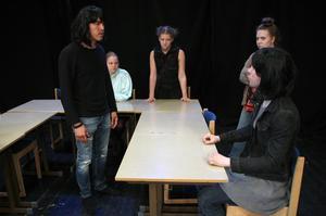 """Ett budskap i pjäsen """"Det fysiskt (o)möjliga"""" är att även svåra utmaningar är möjliga, berättar esteteleverna, från vänster Hafiz Hossanini, Anna Dalström, Molly Andersson, Josefin Bengtsson och Pelle Ahlström."""