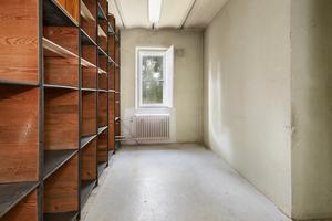 I den före detta pastorsexpeditionen finns det gamla valvet och arkivrummet bevarat. Foto: Carlsson ring