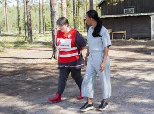 Demokratiminister Alice Bah Kunke besökte Fönebasen, där Röda korset serverade mat, ordnade sovplatser och assisterade räddningspersonal, i samband med skogsbränderna.