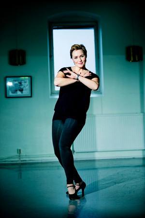 Foto: Lennart LundkvistMarie Kühler Flack har varit med i Hjalmarrevyerna i över 30 år. Men sin karriär började hon, liksom sin far, som dansare.