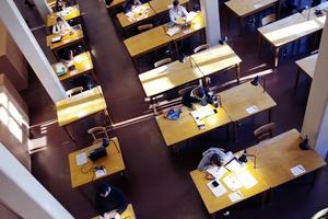 Det måste satsas på både högre utbildningskvalitet och utbyggnad av högskolan för att klara de samhällsutmaningar Sverige står inför, skriver Roza Güclü Hedin (S). Foto: TT