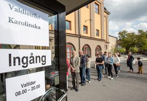 Kön sträckte sig långt utanför vallokalen vid Karolinska skolan i Örebro strax efter lunchtid på söndagen.