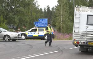 Vägen mellan Särna och Lillhärdal är nu stängd för bilister. Boende i byarna norr om Särna kan ta sig till Kryptjärn men inte längre. Från Lillhärdal går det att ta sig till Haftorsbygget, men där är det också stopp.Det här holländska ekipaget informerades om omvägen.