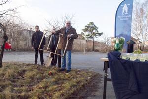 Nynäshamnsbostäder styrelseordförande Tommy Söderblom visade upp den spade med fyra skaft, som användes vid ceremonin.