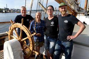Några ur besättningen, från vänster:  Ib Bergström, kapten, Anitta Litvinov besättningsman, Nienke van den Driest, arrangör från Windseeker och Marteen Erich, marinbiolog.