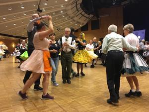 800 personer dansade squaredance i Örebro i påskhelgen. En av dem var Bente Götharson, i gul kjol. Hon menar att det bästa med squaredance är att man inte vet vad som kan hända. Det gäller bara att lyssna och göra.